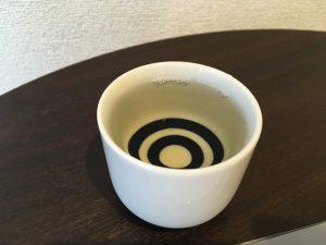 日本酒はおちょこに注がれる。この色味はひやおろし!